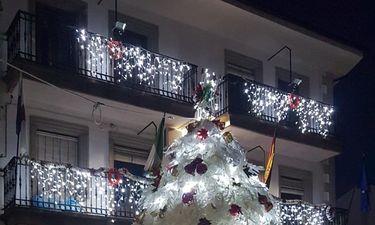 Alcaldesa de Palomero apuesta por reciclaje de botellas de plástico para adornos navideños