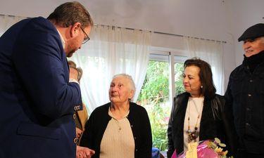 Alcalde de Mérida visita en su casa a una vecina que cumple cien años para felicitarla