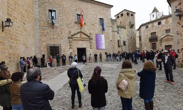 La Diputación de Cáceres recuerda con una rosa la lucha por la igualdad de Rosario Cordero