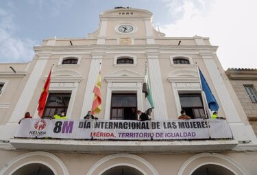 El balcón del Ayuntamiento de Mérida luce una pancarta reivindicativa del 8M