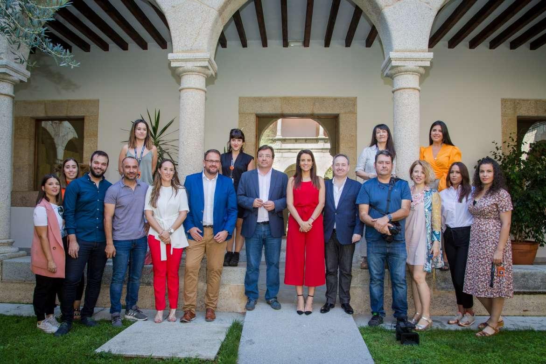 Autoridades, junto a miembros de la organización del Festival de Mérida.