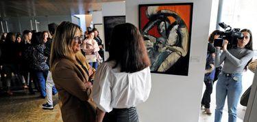 """La Asamblea acoge la exposición pictórica """"Disidencias"""" de la emeritense Rocío Obregón"""