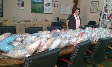 Madres y alumnos de Las Escolapias de Mérida realizan cojines para pacientes con cáncer