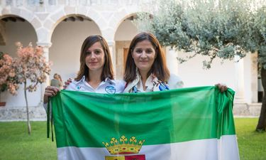 La participante extremeña en el Reto Pelayo Vida Andes 2019 recibe la bandera extremeña
