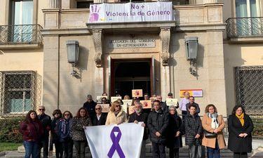 Unas 20 personas recuerdan en Badajoz a las dos últimas víctimas de violencia de género